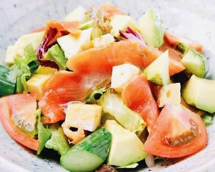 スモークサーモンとアボカドのサラダ